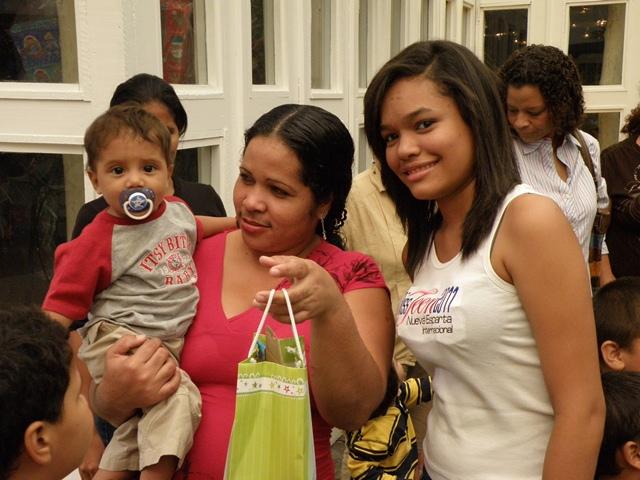 Estas viendo imágenes del artículo: Miss Teen Nueva Esparta 2011 : Entrega de regalos a los niños de la Casa María Goretti